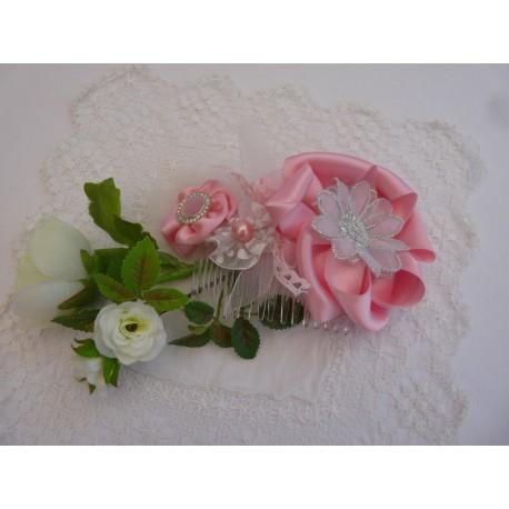 Peigne de cérémonie – fleur satin rose cœur bouton perle rose/strass – grosse fleur satin rose cœur tulle bords argentés